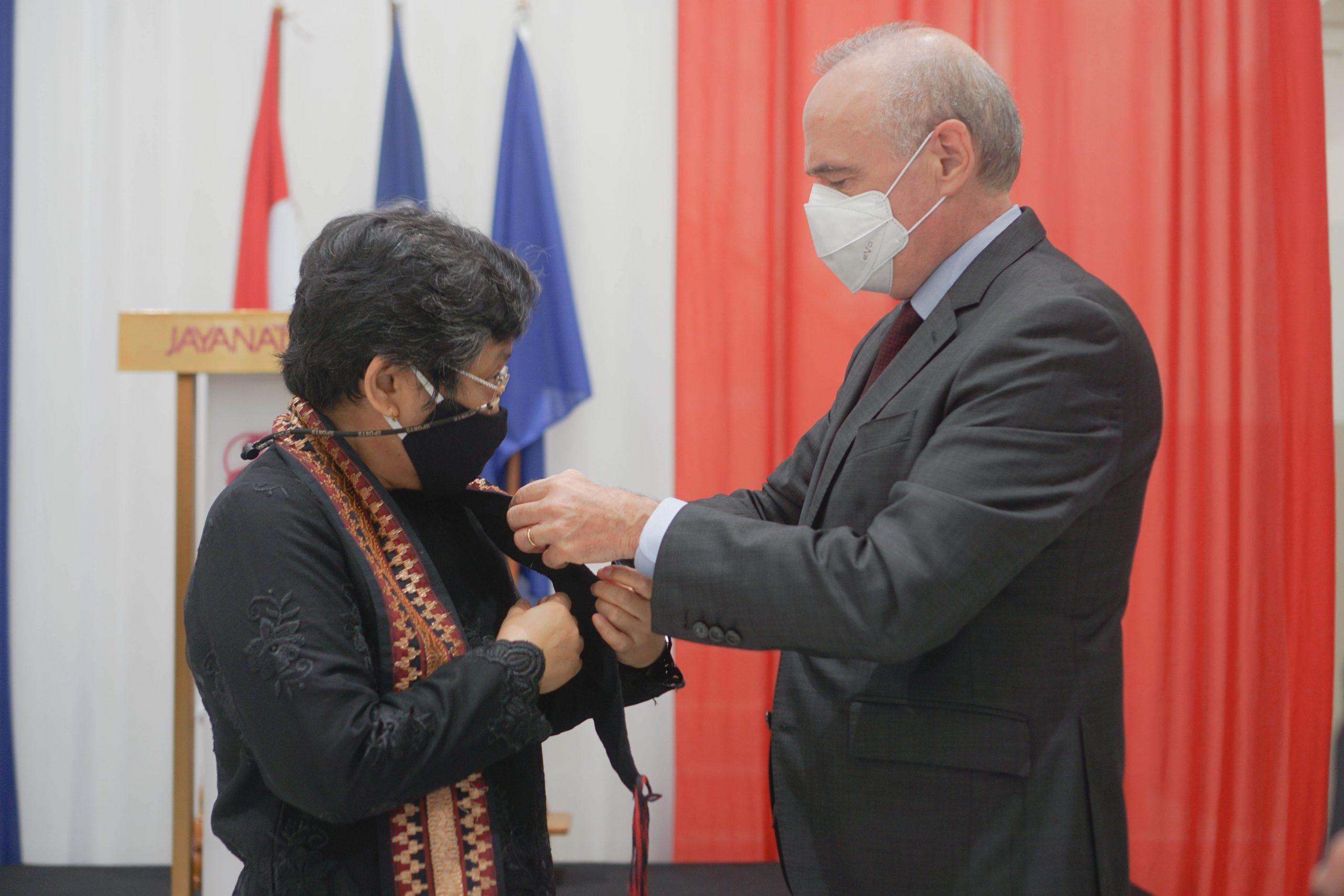 M. Olivier Chambard (Ambassadeur de France en Indonésie ) remet les Palmes académiques à Mme Ria Soemitro (Doctorat Central Paris), Ingénieure et Professeure en génie civil à ITS Surabaya