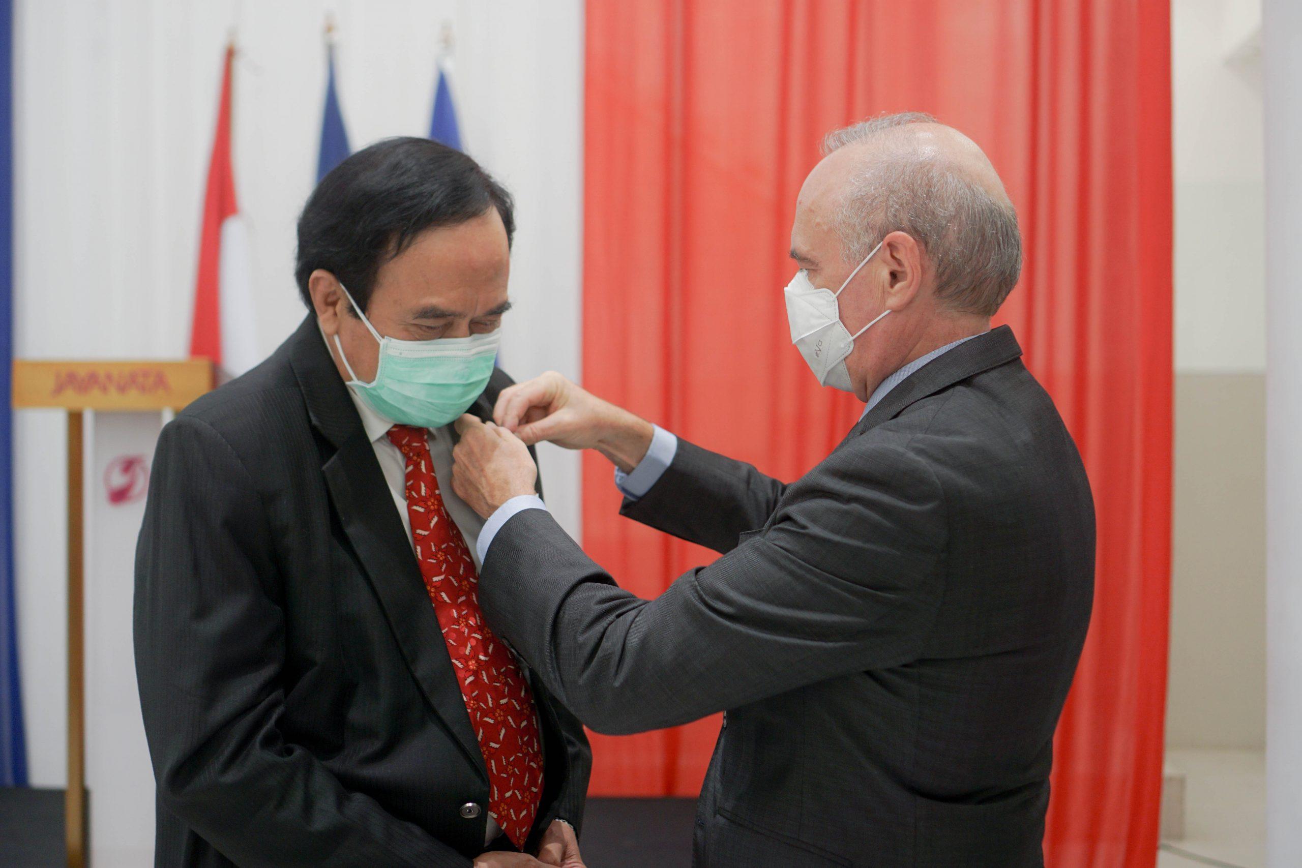 M. Olivier Chambard (Ambassadeur de France en Indonésie) remet le Mérite agricole à M. I Komang Wiarsa Sardjana, (Doctorat de l'Université de Rennes), médecin vétérinaire, Professeur à l'Université Airlangga