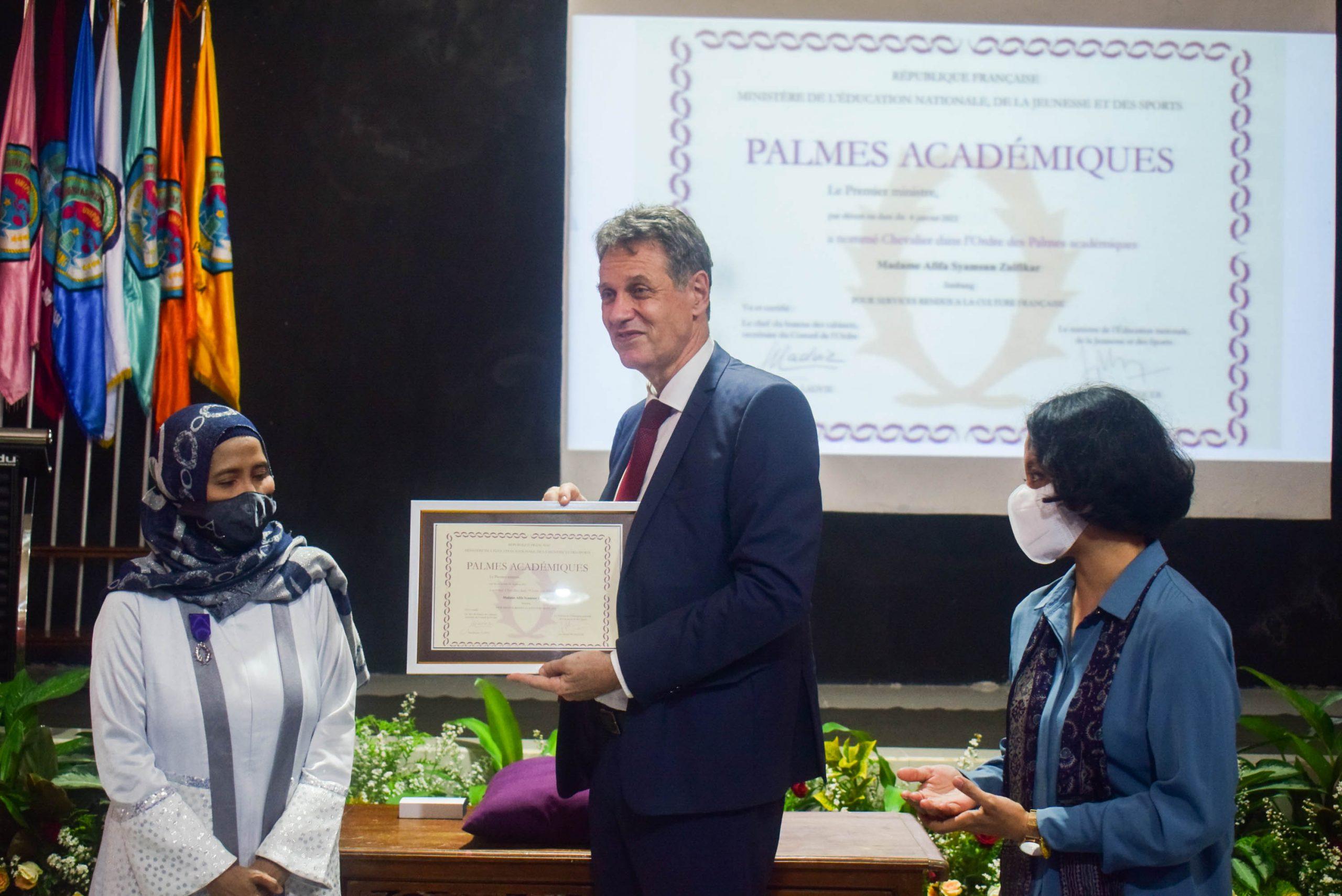 Stéphane Dovert (Conseiller de coopération et directeur de l'Institut français d'Indonésie) remet les Palmes académiques à Mme Afifa Syamsun Zulfikar, Professeure à l'Université islamique UNIPDU de Jombang et au Lycée islamique et technologique SMA Darul Ulum 2